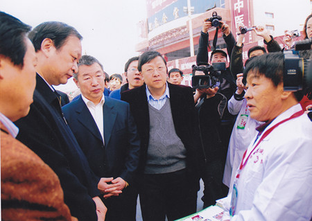 1国家中医药管理局局长(左二)、山西省卫生厅副厅长(左三).jpg